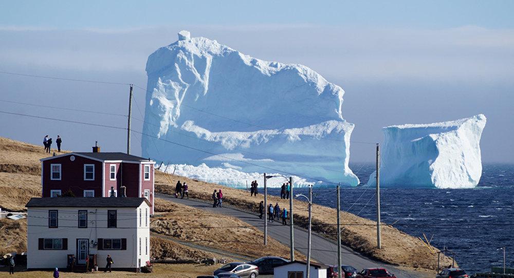 Los residentes ven el primer iceberg de la temporada mientras pasa por la Costa Sur de Newfoundland