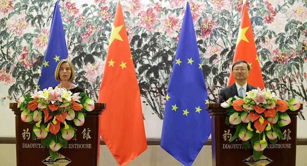 Alta Representante de la UE para Asuntos Exteriores, Federica Mogherini y Yang Jiechi, miembro del Consejo de Estado de China