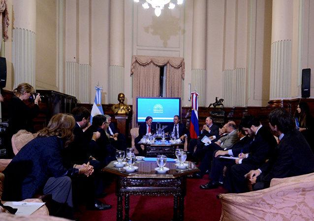 El embajador de Rusia en Argentina, Victor Koronelli, se reúne con senadores locales