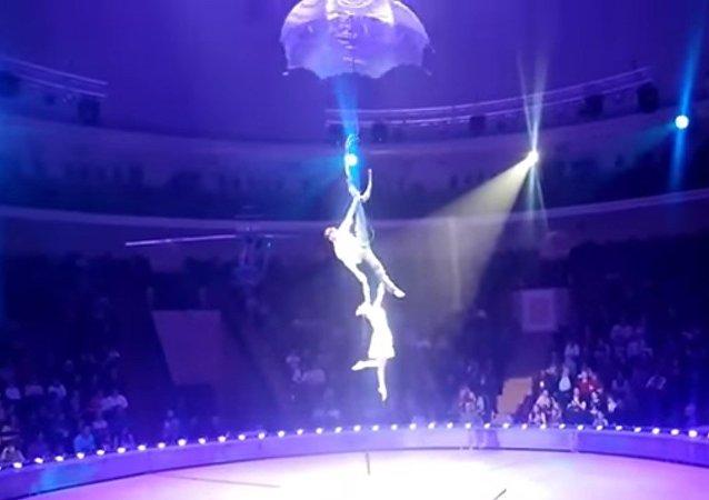 Dramática caída desde las alturas de una acróbata rusa en plena actuación
