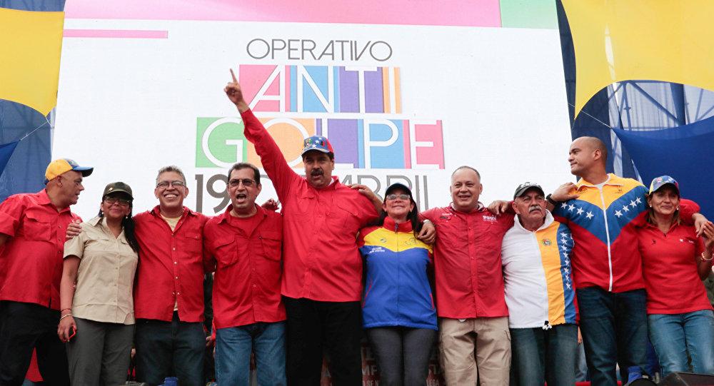 El presidente venezolano Nicolas Maduro y miembros de su Gobierno durante la manifestación progubernamental en Caracas, Venezuela, 19 de abril de 2017