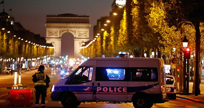 La policía francesa en la Avenida de los Campos Elíseos, París, Francia