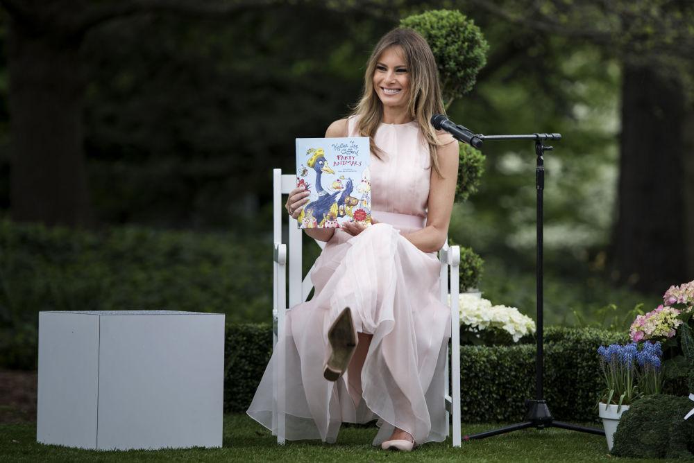 La primera dama de Estados Unidos Melania Trump lee un libro a los niños durante las celebraciones de Pascua en la Casa Blanca