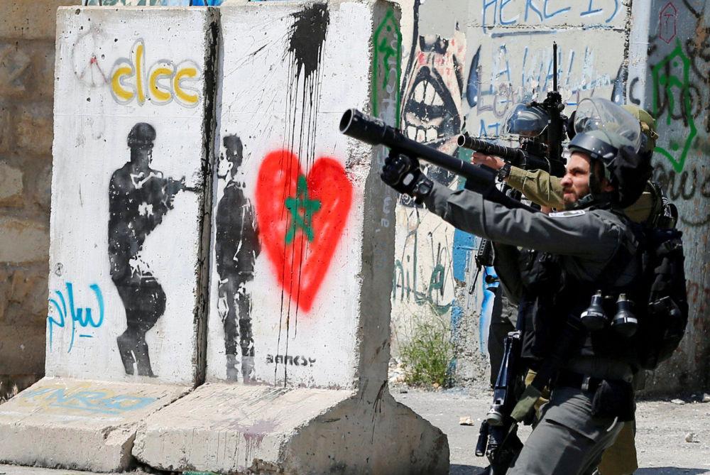 Los soldados israelíes durante enfrentamientos con manifestantes palestinos en la ciudad de Belén, Israel