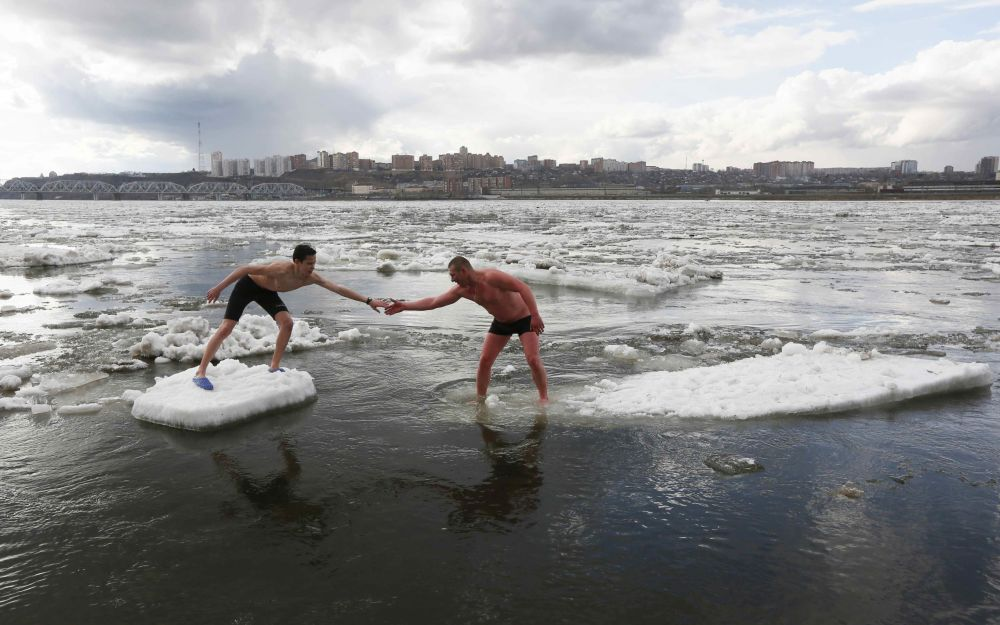 Miembros de un club de natación de hielo nadan en las aguas del río Yeniséi en la ciudad rusa de Krasnoyarsk