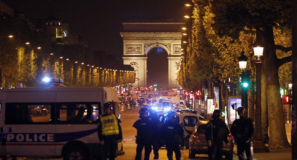 La policía francesa en los Campos Elíseos en París
