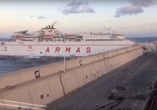 Un ferry colisiona con el puerto de Las Palmas de Gran Canaria