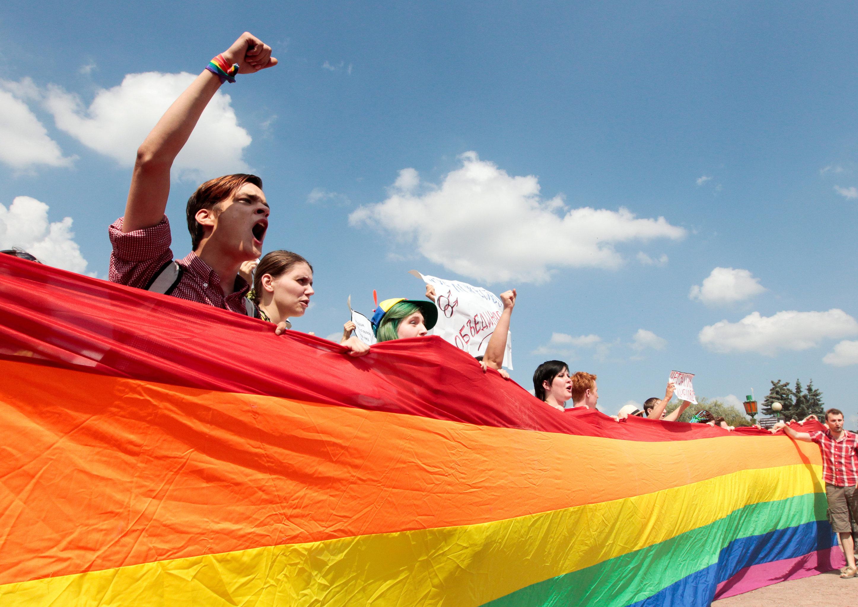 Si bien es cierto que el tema de la homosexualidad aún causa mucha controversia en la sociedad rusa, la legislación vigente del país no prohíbe las relaciones LGBT y sí establece penas de hasta 8 años de prisión por los casos probados de torturas u otro tipo de violencia discriminatoria. En la foto: miembros de la comunidad LGBT rusa durante una marcha de protesta n San Petersburgo.