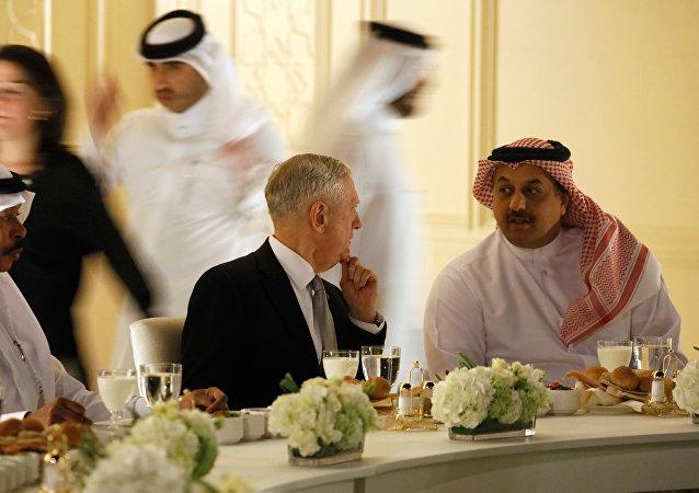 El secretario de Defensa de EEUU, James Mattis, y su par catarí, Khalid bin Mohammad al Attiyah