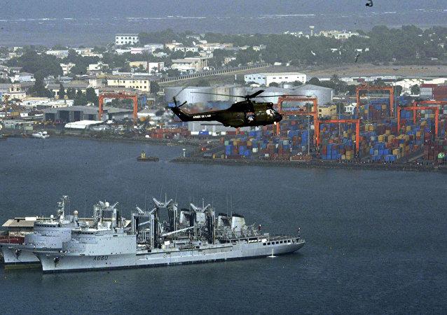 Helicóptero sobrevuela la ciudad de Yibuti (archivo)