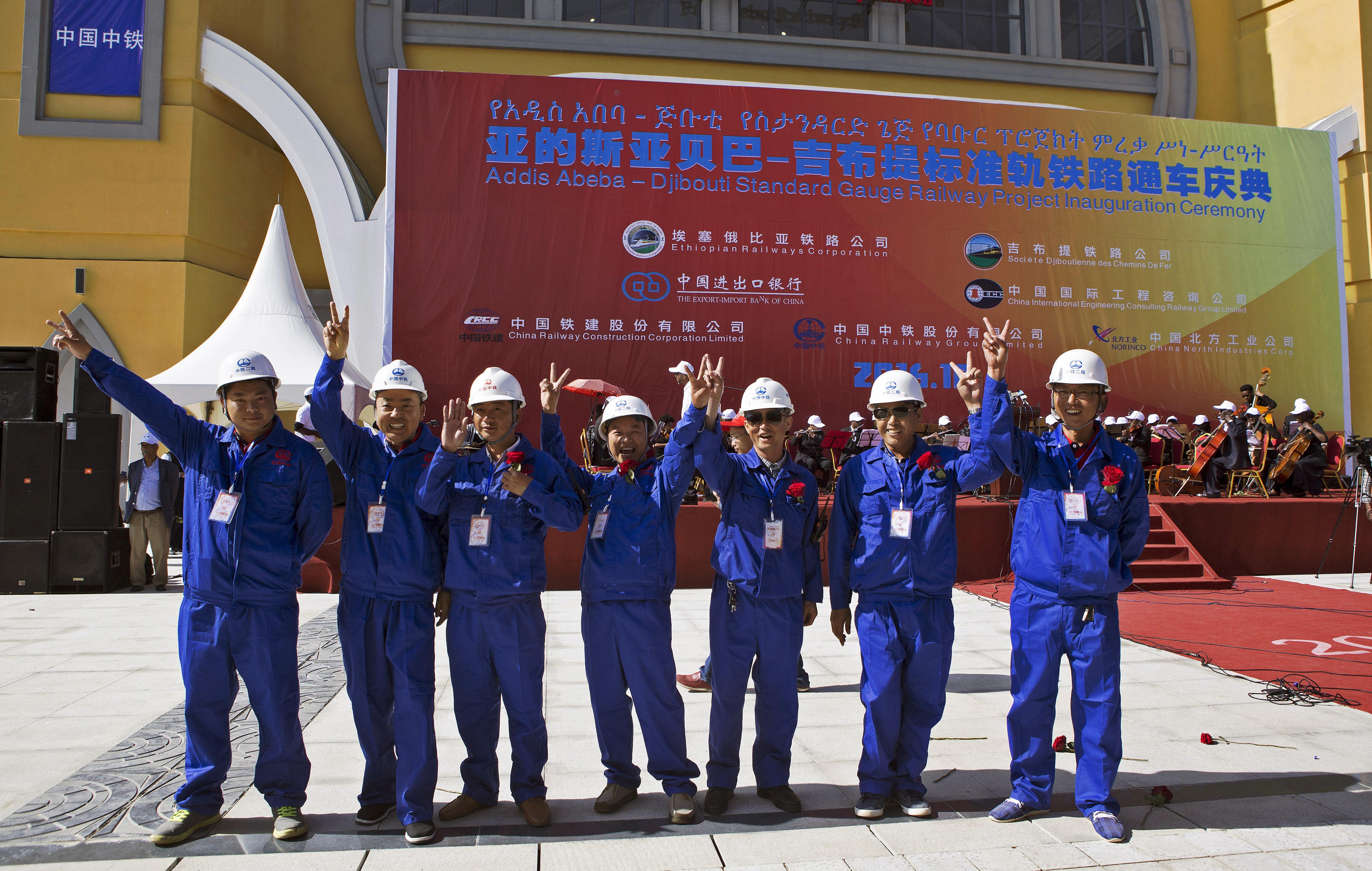 Trabajadores chinos durante la inauguración de la línea ferroviaria que une Adís Abeba, capital de Etiopía, y la ciudad de Yibuti, capital de la república del mismo nombre, 5 de octubre de 2016