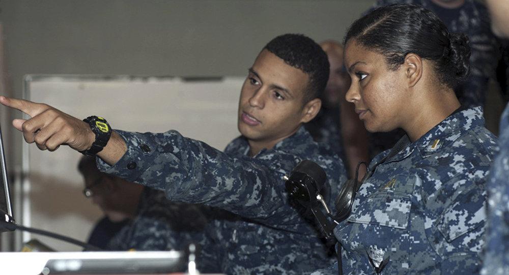Una mujer soldado (dcha.)