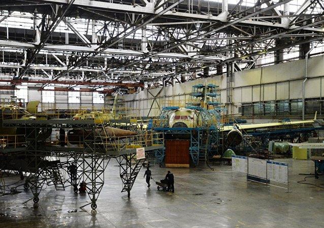 Dmitri Rogozin en la planta de Gorbunov