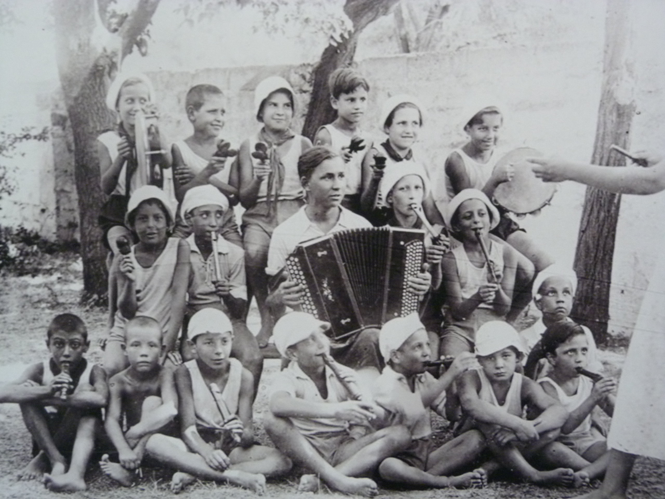 Orquestina formada por niños de la guerra en una casa de acogida. Exposición.