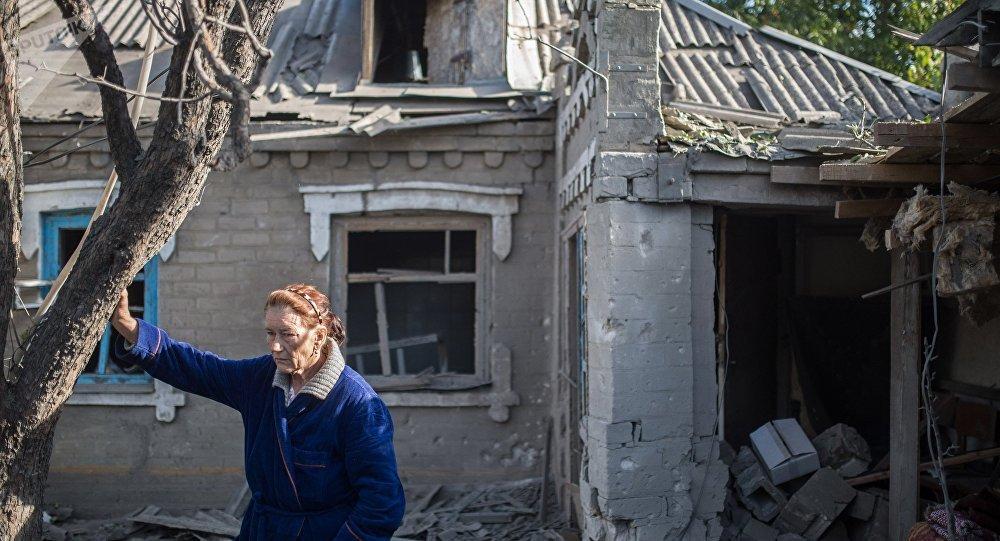 Consecuencias de bombardeos en el poblado de Alexándrovk, Donbás
