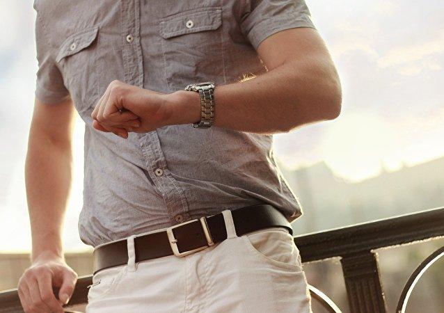 Un hombre mirando al reloj