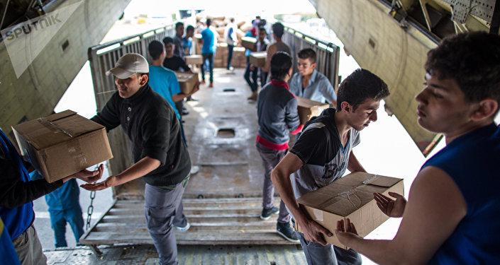 Descarga de la ayuda humanitaria rusa del avión en Latakia (archivo)