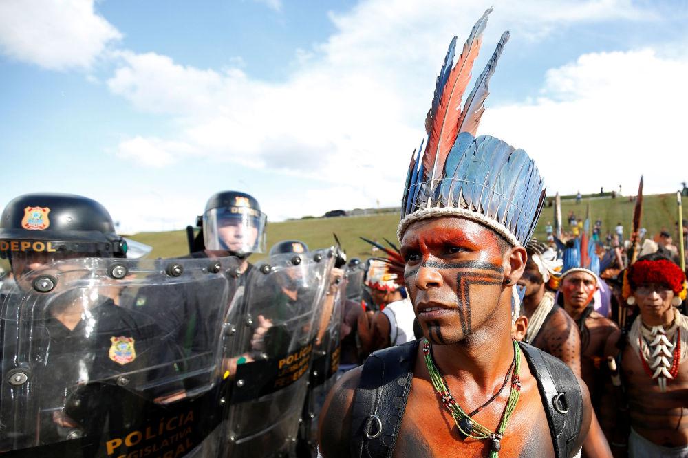 Manifestación contra la violación de los derechos de los pueblos indígenas en Brasil