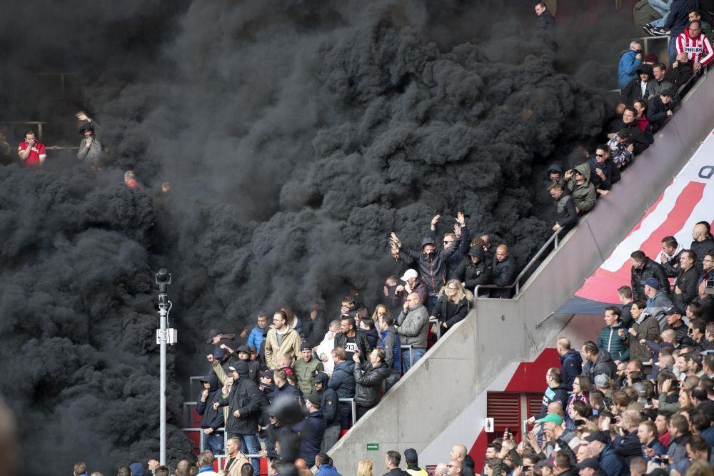 El partido entre los equipos de fútbol Eindhoven y Ajax fue interrumpido cuando un espeso humo negro llenó el estadio