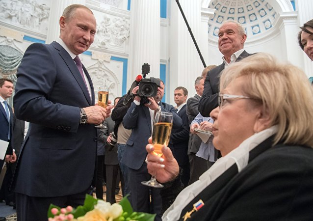 Vladímir Putin entrega las medallas del Héroe del Trabajo