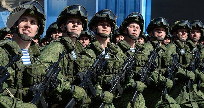 Militares vestidos con equipos del soldado del futuro Rátnik durante el Desfile de la Victoria en la Plaza Roja