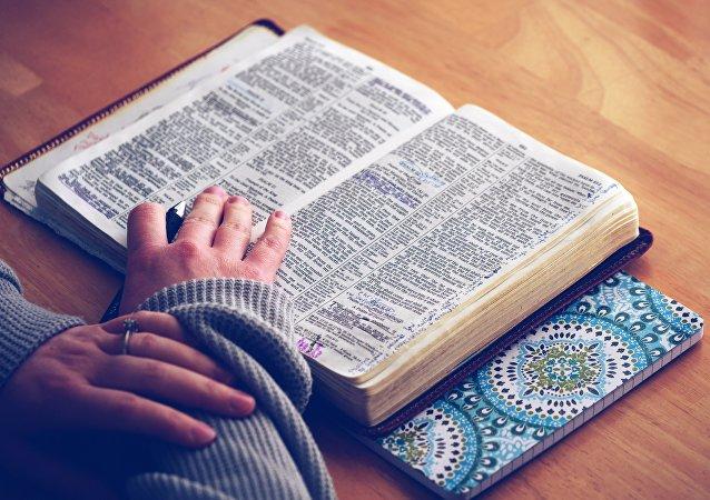 Una persona lee una biblia
