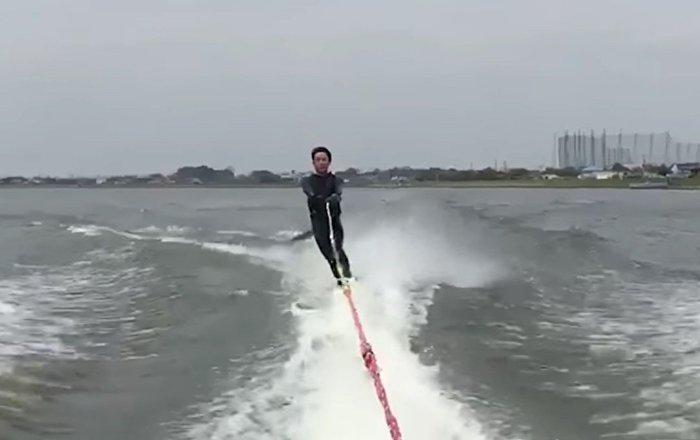 Un pez volador 'ataca' a un esquiador justo en sus partes pudendas