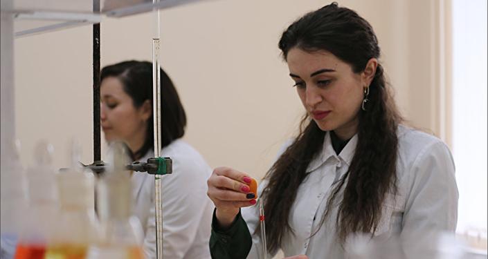 Estudiantes en el laboratorio de polímeros avanzados de la Universidad Estatal rusa de Cabardino-Balkaria (imagen referencial)