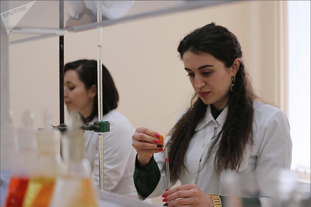 Estudiantes en el laboratorio de polímeros avanzados de la Universidad Estatal rusa de Cabardino-Balkaria