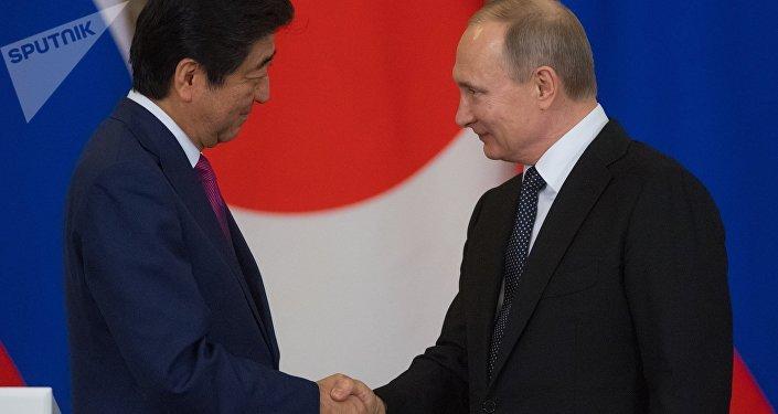 Primer ministro de Japón, Shinzo Abe, con presidente de Rusia, Vladímir Putin (archivo)
