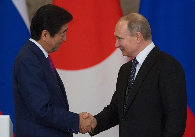 Primer ministro de Japón, Shinzo Abe con presidente de Rusia, Vladímir Putin (archivo)