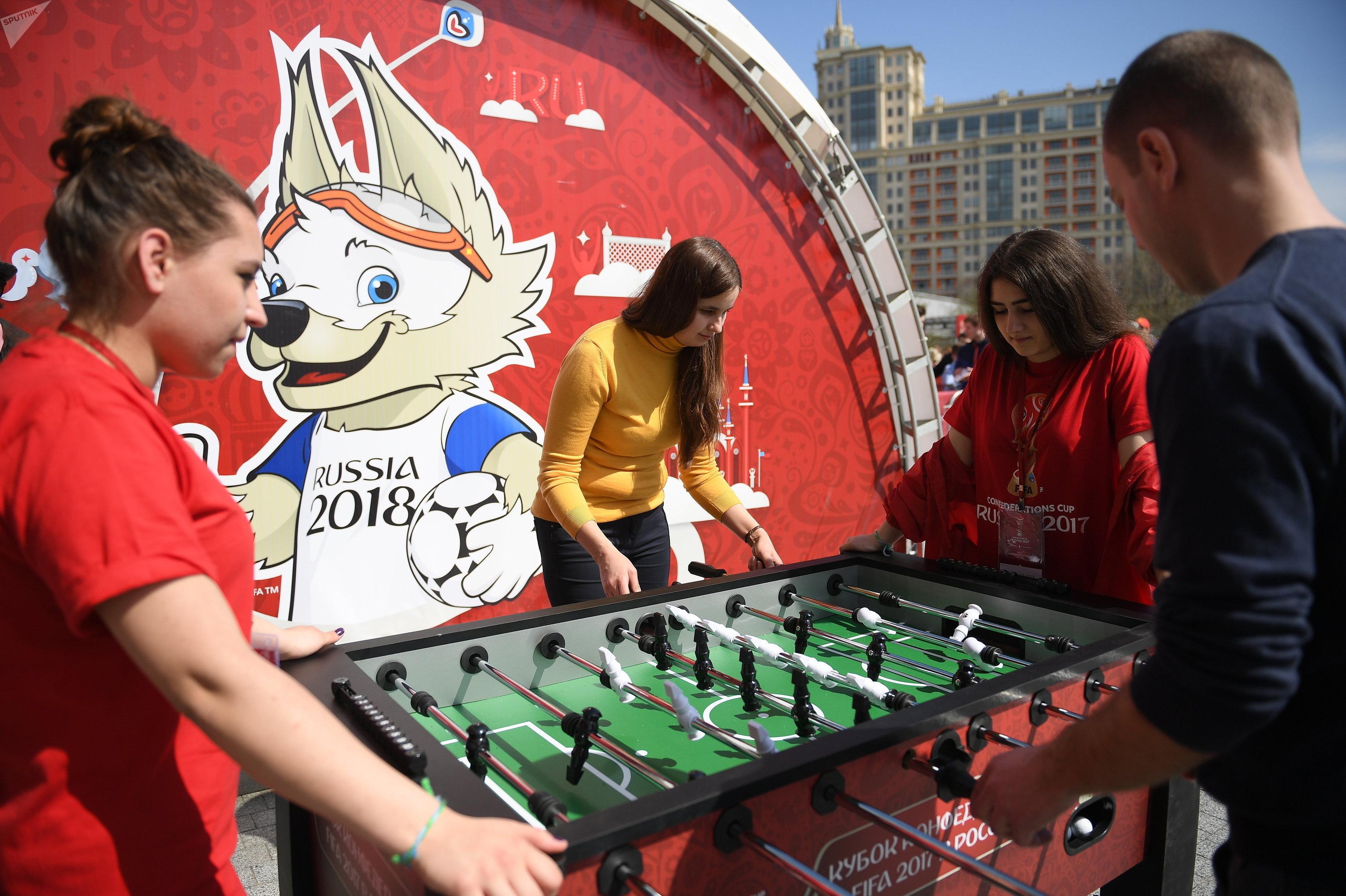 Los asistentes al parque juegan fútbol de mesa