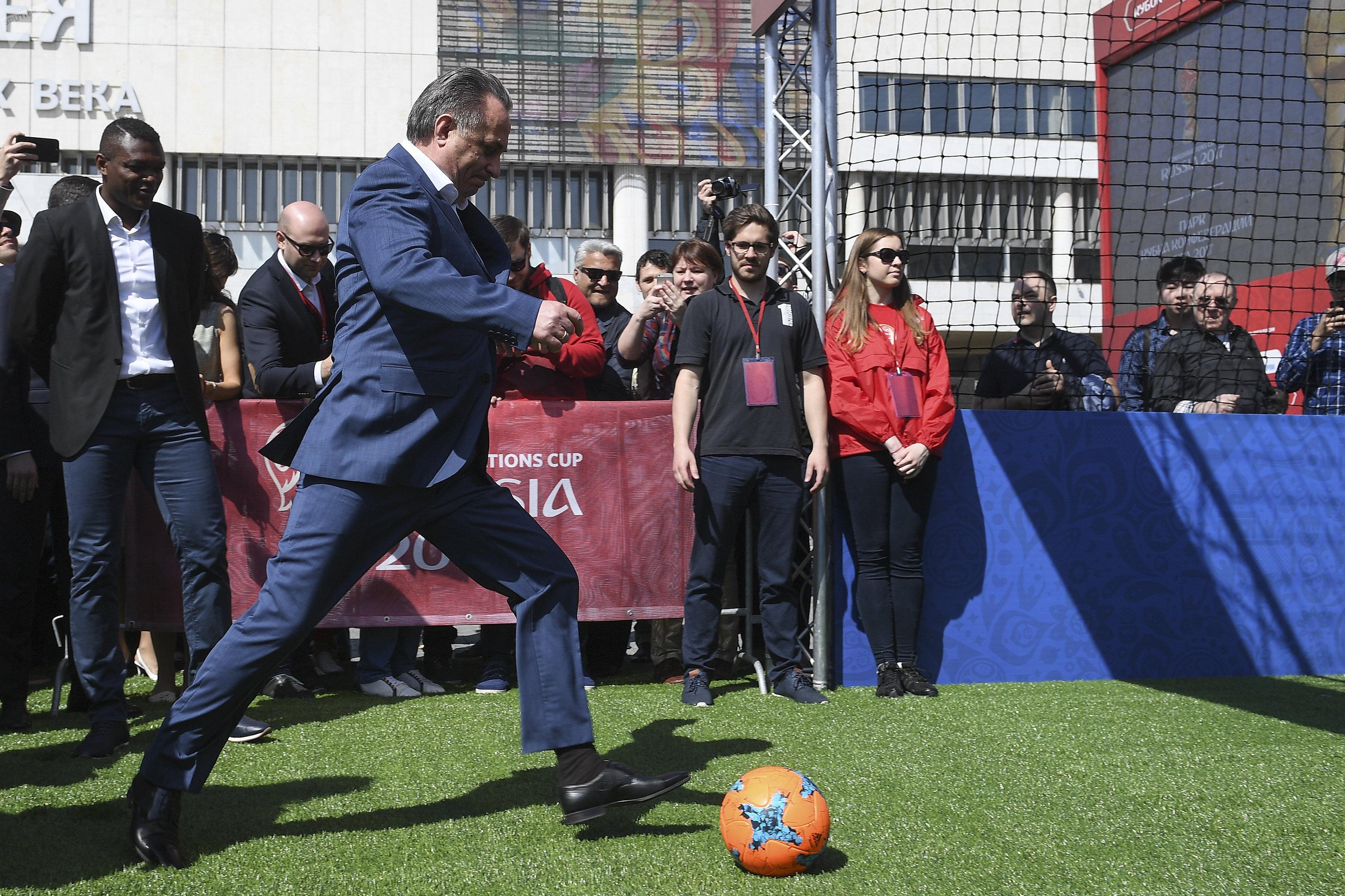 El presidente del Comité Organizador de Rusia 2018, Vitali Mutkó, juega fútbol