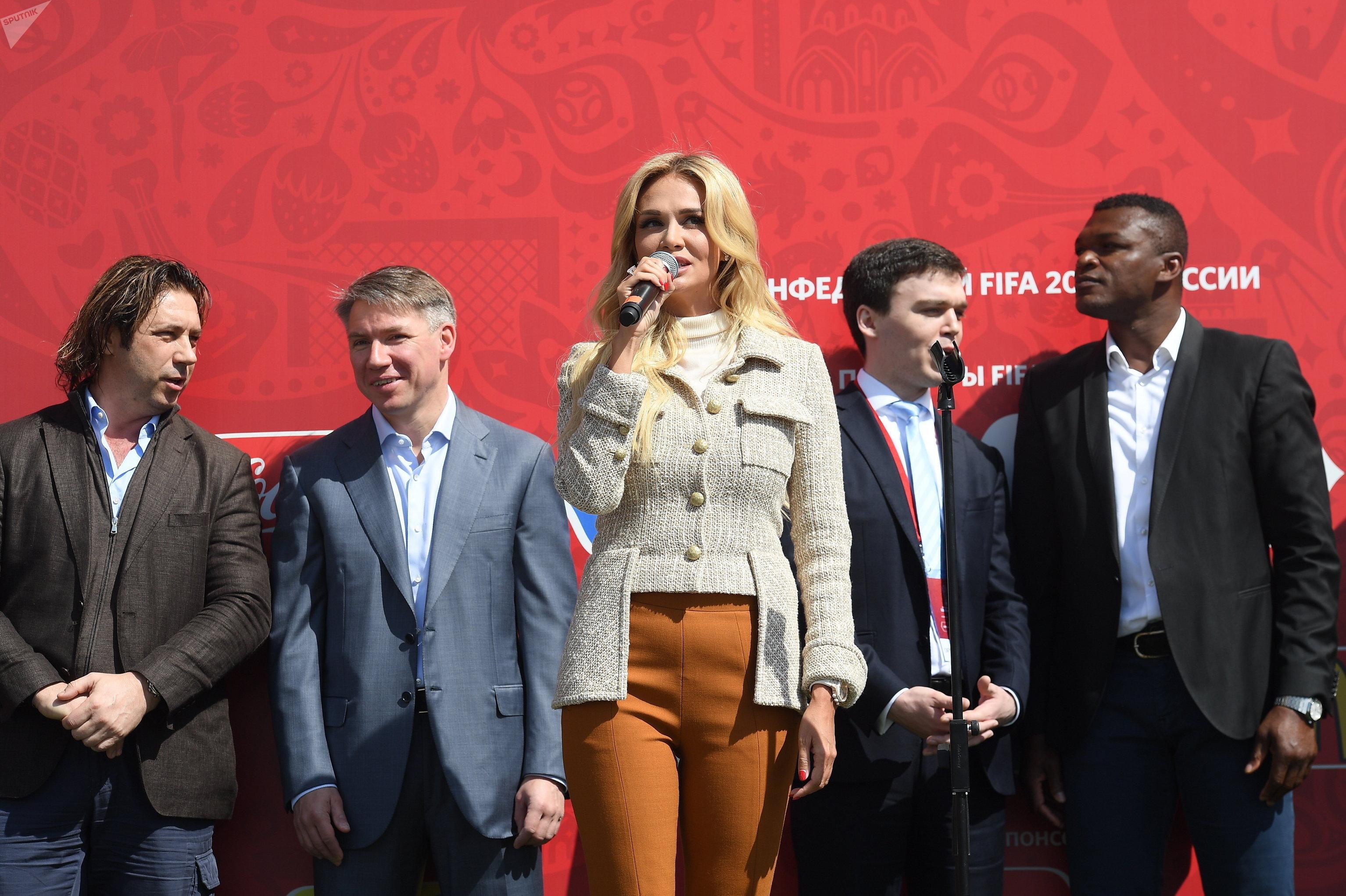 La embajadora en el Mundial de Fútbol 2018 y modelo Viktoria Lopiriova y el exfutbolista Marcel Desailly durante la ceremonia de apertura del parque