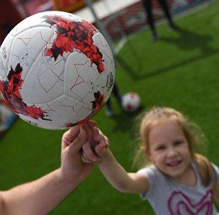 Una niña sostiene un balón en el primer parque temático de la Copa Confederaciones 2017 en Moscú