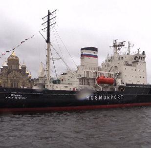 Desfile de gigantes del mar: San Petersburgo celebra el festival de rompehielos
