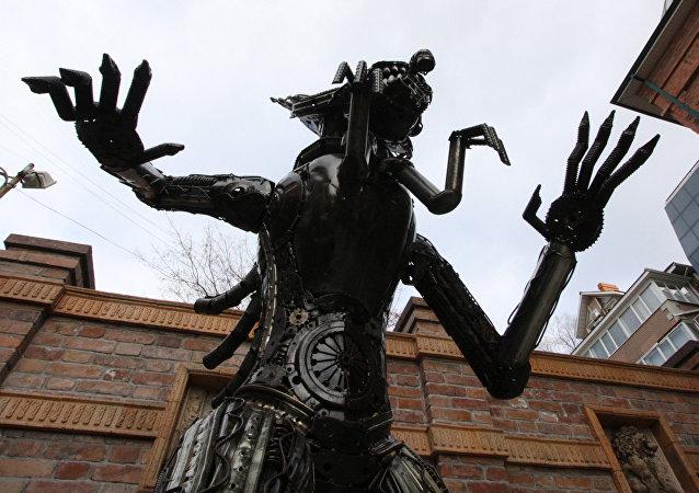 Estatua de 'Alien' en el centro de Vladivostok, Rusia