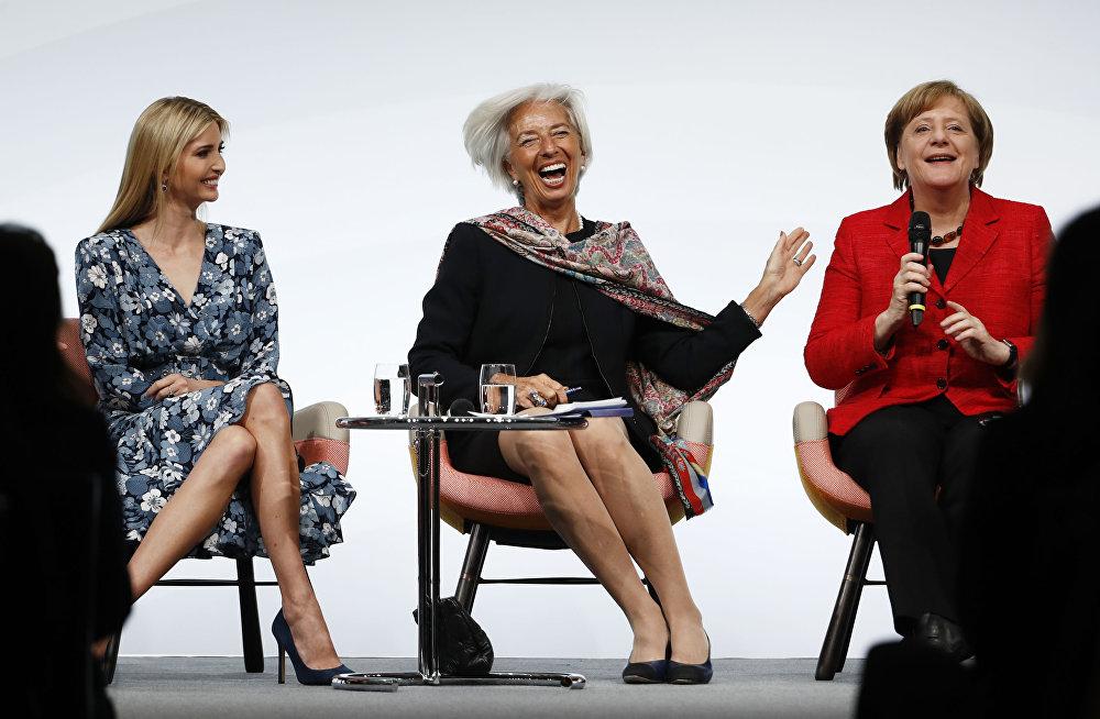 Ivanka Trump, la hija del presidente estadounidense, Donald Trump; Christine Lagarde, la directora general del FMI; y Angela Merkel, la canciller de Alemania, participan de la cumbre de mujeres del G20 celebrada en Berlín