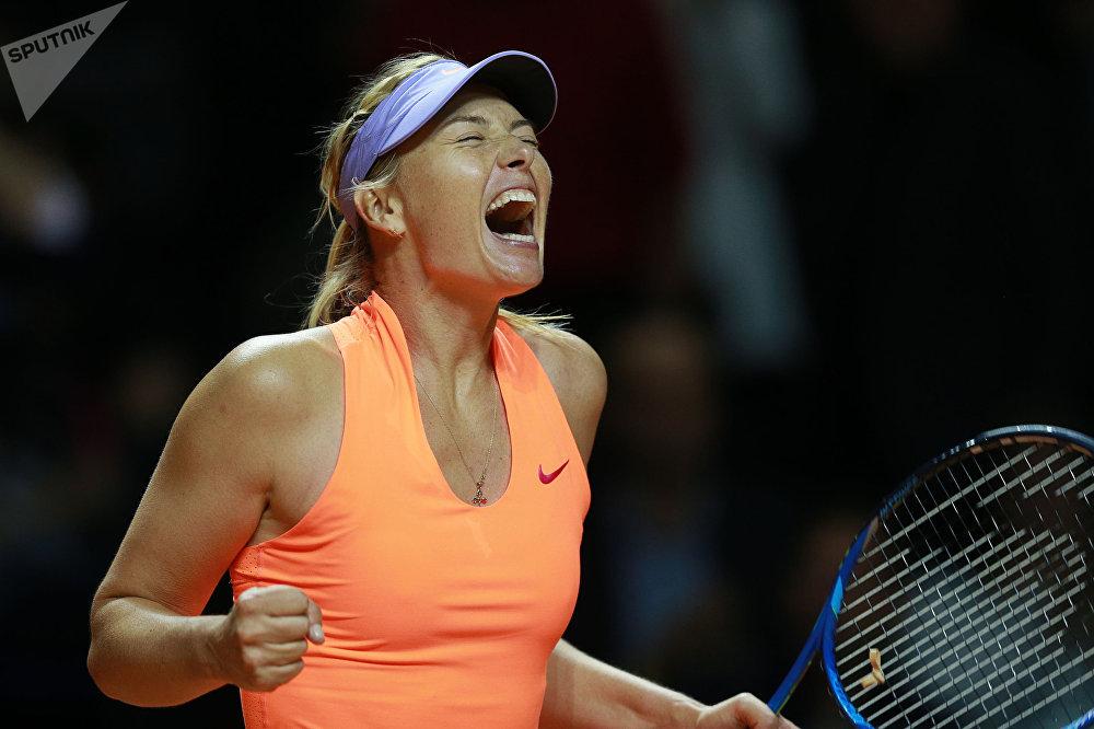 La tenista rusa María Sharápova celebra su victoria contra la italiana Roberta Vinci en el Torneo de Stuttgart