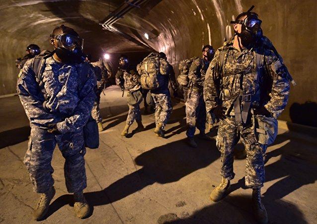 Militares estadounidenses en las catacumbas de Corea del Sur