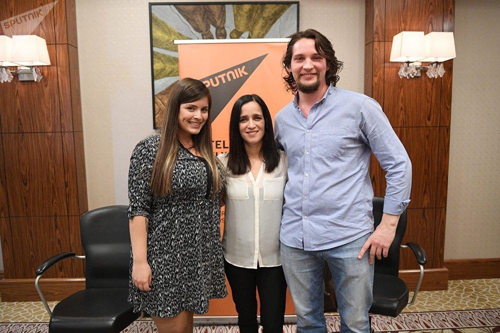Julieta Venegas con Víctor Ternovsky y Laís Oliveira