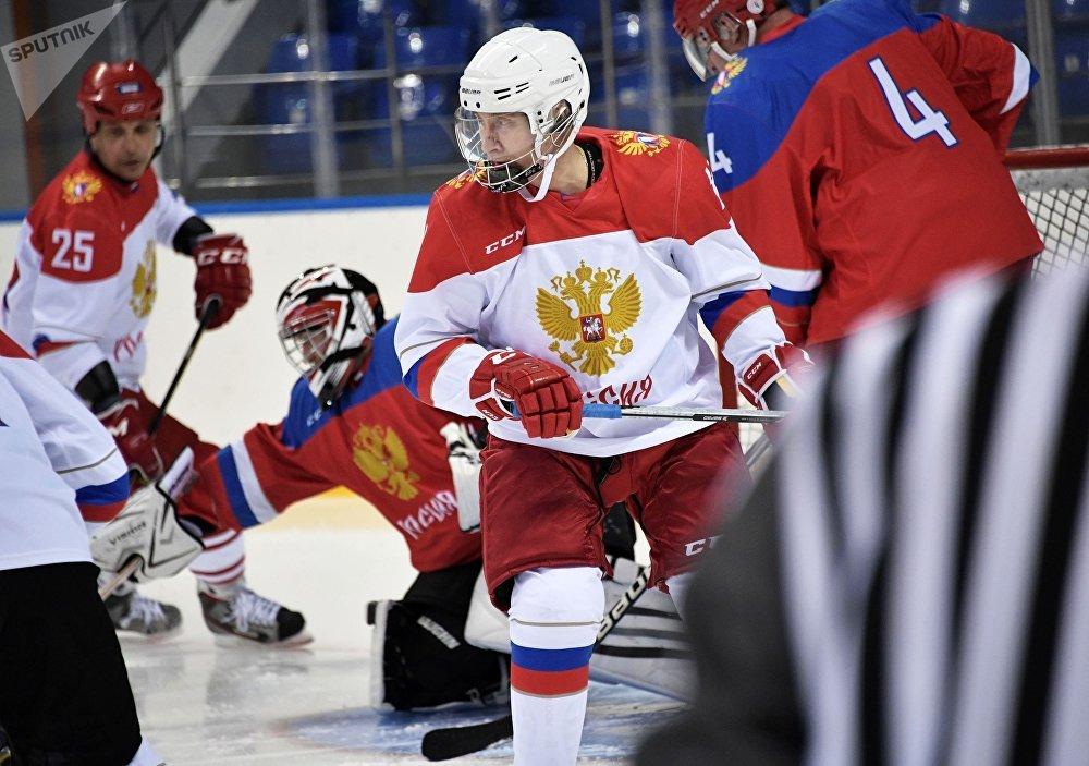 El presidente de Rusia, Vladímir Putin, durante un entrenamiento de hockey en el estadio olímpico Shaiba, en Sochi