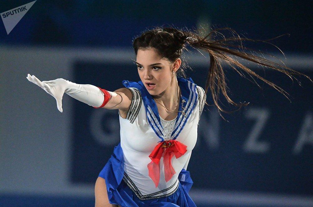 La rusa Evguenia Medvédeva participa en el Campeonato Mundial de patinaje artístico en equipos, en Tokio