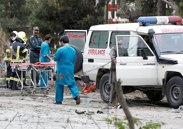 Fuerzas de seguridad afganas y médicos (archivo)