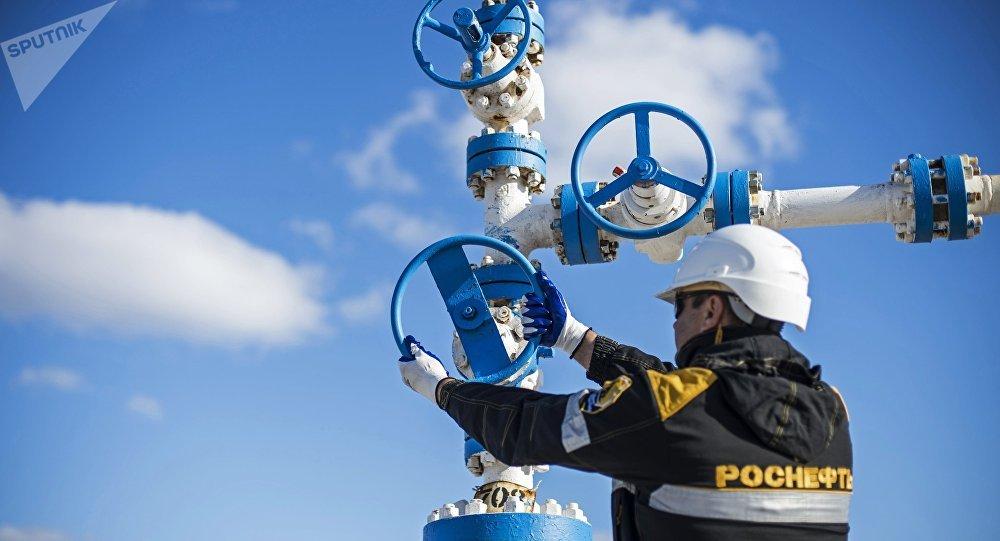 Trabajador de un campo petrolífero en Rusia