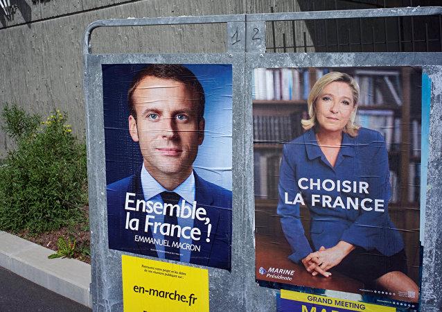 Los posters con Emmanuel Macron y Marine Le Pen, candidatos de las elecciones presidenciales en Francia