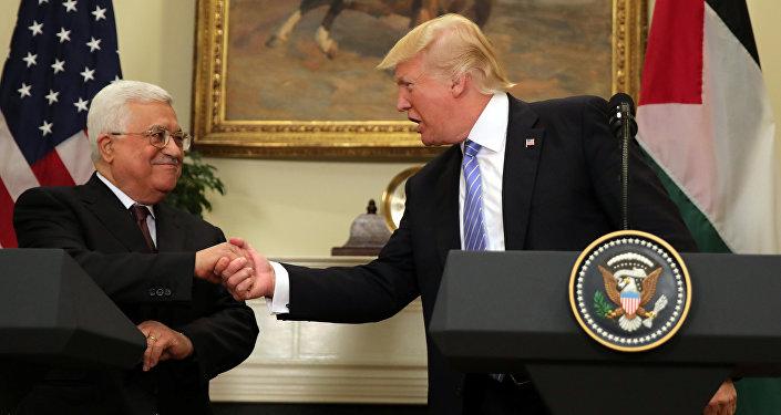 El presidente de EEUU, Donald Trump, con su par palestino Mahmud Abas