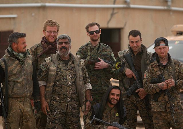 Combatientes de las Fuerzas Democráticas Sirias en Tabqa, Siria