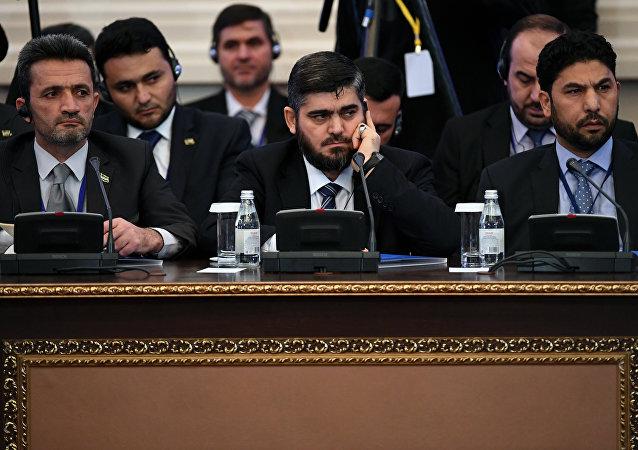 Los representantes de la oposición siria en Astaná con su negociador Mohamed Alush (en el centro)