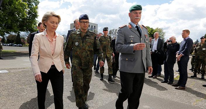 La ministra de Defensa alemana von der Leyen visita Illkirch-Graffenstaden